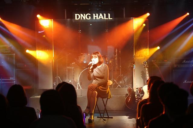 バンドで歌うボーカル